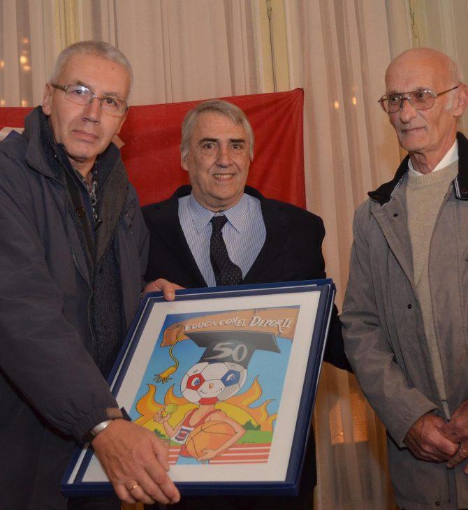 Los profesores Muñoz y Techera reciben la distinción del Colegio Santa María